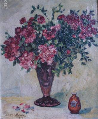 Vaas met bloemen en een kleine pul